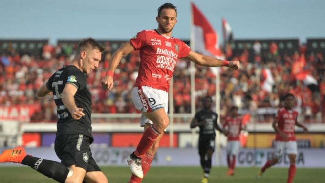 Pemain Bali United, Ilija Spasojevic (kanan).