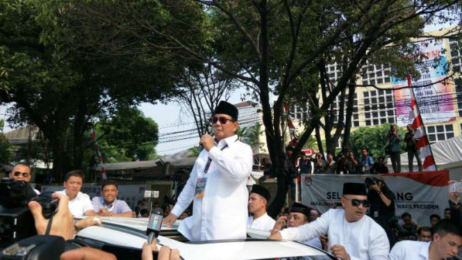 Calon presiden Prabowo Subianto usai mendaftar di KPU Jakarta.