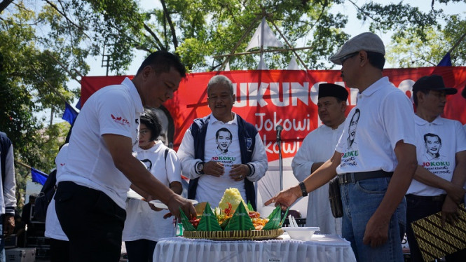 Teman sekolah Jokowi di Solo menggelar doa bersama dan potong tumpeng