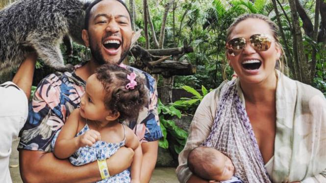 John Legend, Chrissy Teigen dan keduanya anaknya berlibur ke Bali.
