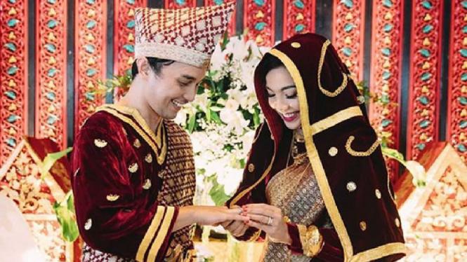 Pernikahan Tika Bravani dan Dimas Aditya dengan adat Minang