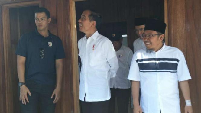 Presiden Joko Widodo saat kunjungi rumah Zohri.