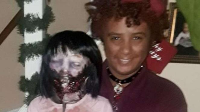 Felicity dan Kelly boneka zombie