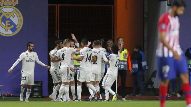 Pemain Real Madrid rayakan gol Karim Benzema.