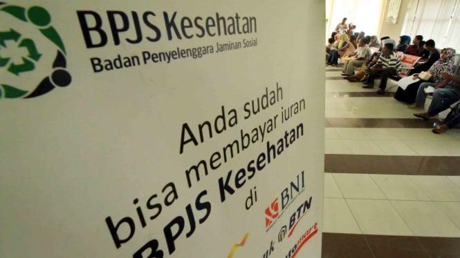 Sejumlah calon peserta BPJS Kesehatan antre menunggu penyelesaian adminitrasi