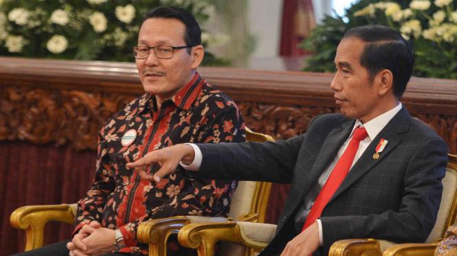 Presiden Joko Widodo (kanan) bersama Direktur Utama Badan Penyelenggara Jaminan Sosial (BPJS) Kesehatan, Fahmi Idris (kiri)