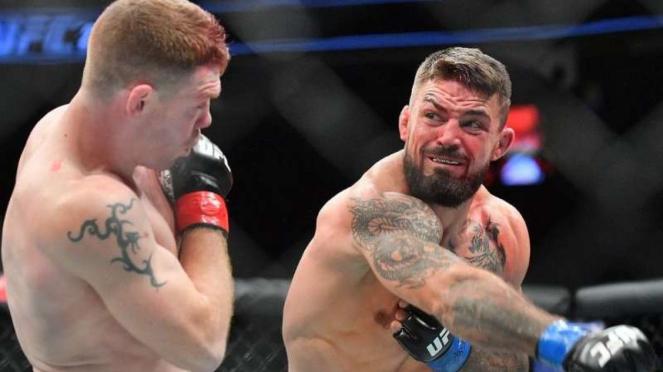 Aksi petarung UFC, Mike Perry.