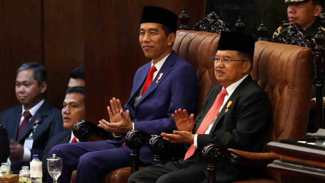 Presiden Joko Widodo (kedua kanan) didampingi Wakil Presiden Jusuf Kalla (kanan) saat menghadiri Pidato Kenegaraan pada Sidang Tahunan MPR 2018