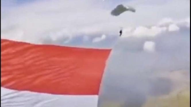 Pengibaran bendera raksasa Merah Putih.