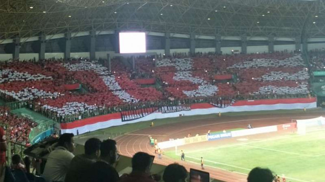 Koreografi suporter Indonesia dalam duel Indonesia vs Laos