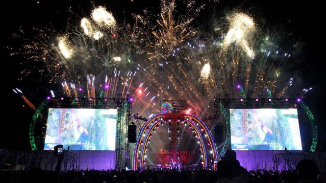 Kembang Api Menyala Pada Welcoming Night Pembukaan Asian Games  Di Kawasan Jakabaring Sport City Palembang Sumatera Selatan Sabtu