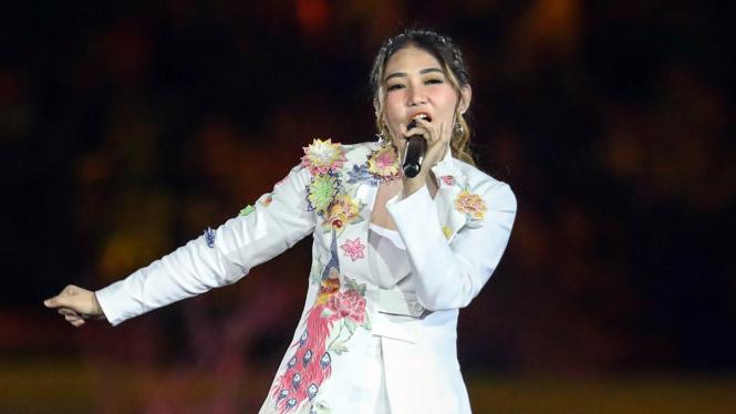 Gaya penyanyi Via Vallen saat mengisi di Pembukaan Asian Games 2018.