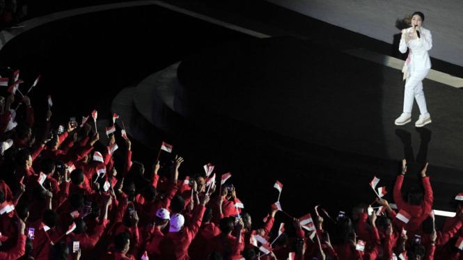 Gaya penyanyi Via Vallen saat mengisi di Pembukaan Asian Games 2018