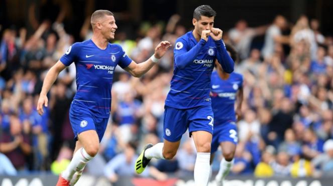Striker Chelsea, Alvaro Morata mencetak gol ke gawang Arsenal