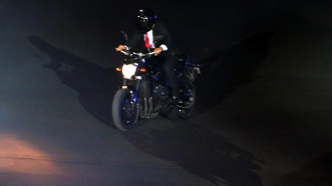 Presiden Jokowi Naik Motor di Upacara Pembukaan Asian Games