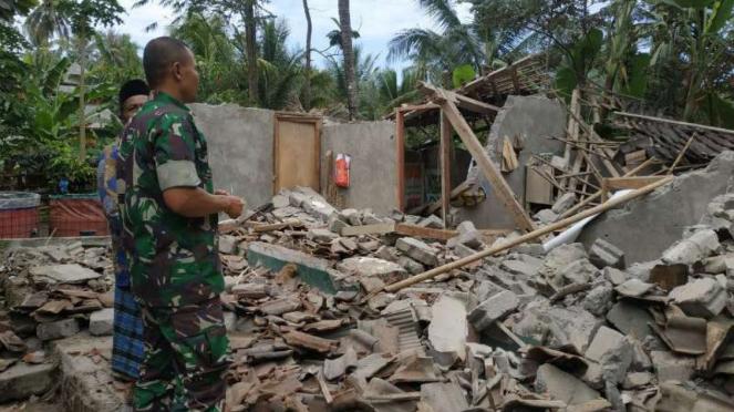 Dampak gempa susulan yang mengguncang Lombok.