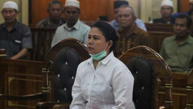 Terdakwa kasus penistaan agama Meiliana (tengah) di PN Medan 21 Agustus 2018