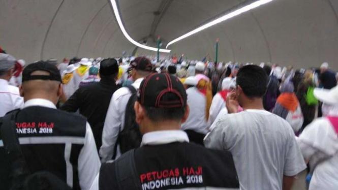 Petugas dan jemaah haji Indonesia menuju jamarat.