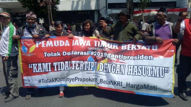 Massa penolak aksi #2019GantiPresiden berkumpul di depan Hotel Majapahit, tempat Ahmad Dhani menginap di Surabaya.