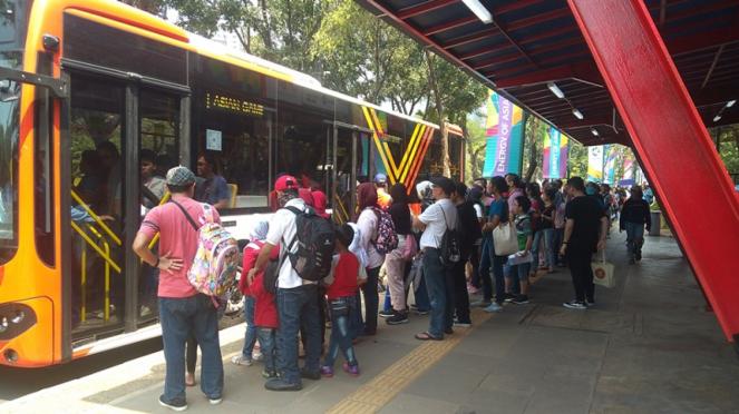 Suasana calon penumpang bus di kompleks GBK