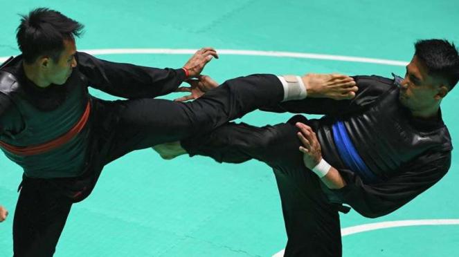 Atlet pencak silat Malaysia, Mohd Al Jufferi Jamari (kanan)