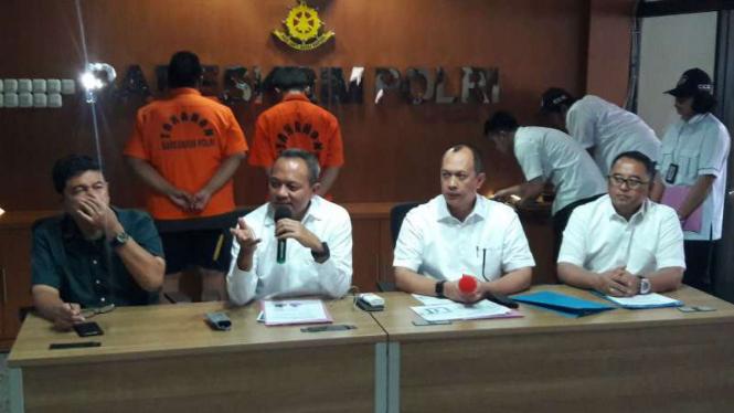 Polisi gelar kasus pembobolan kartu kredit oleh dua mahasiswa.