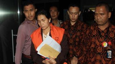 Tersangka Hakim Adhoc Tipikor Pengadilan Negeri Medan, Merry Purba (tengah)