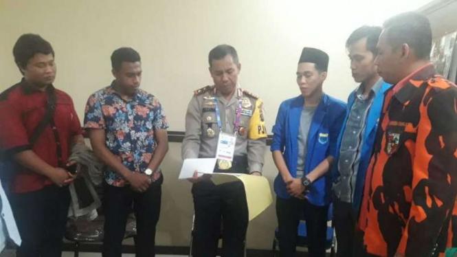 Sejumlah aktivis organisasi kemahasiswaan menyampaikan surat penolakan rencana kehadiran Rocky Gerung dan Ratna Sarumpaet kepada Kepala Polda Sumatera Selatan di Palembang pada Kamis, 30 Agustus 2018.