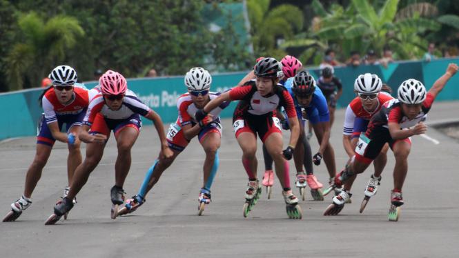 Sejumlah atlet sepatu roda beradu cepat pada nomor 20 km putri Asian Games  2018 di Arena Roller Skate Kompleks Jakabaring Sport City d619131e80