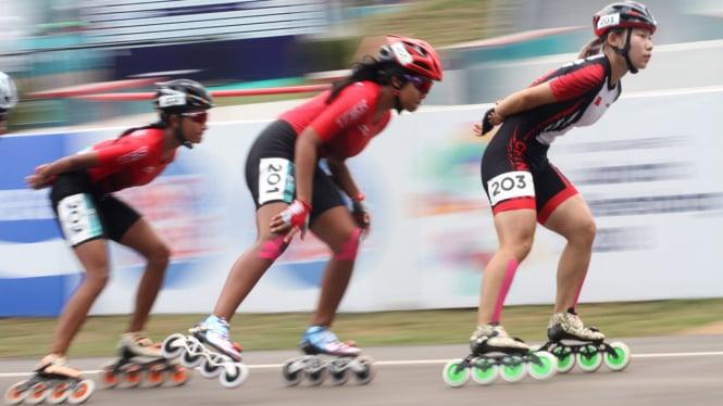 Atlet sepatu roda Indonesia Salma Falya Niluh Haryadie (kiri) dan Alifia  Meidia Namasta (tengah) beradu cepat pada nomor 20 km putri Asian Games  2018 di ... d0a2b75ef0