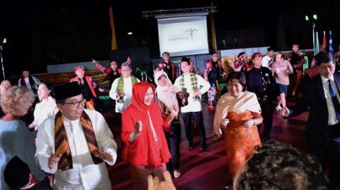 Warga Indonesia menari bersama di Yunani