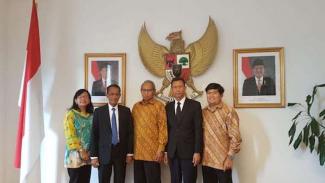 Kepala BKP Agung Hendriadi (nomor 3 dari kiri) didepan Kantor Kedubes Denmark.