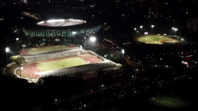 Pemandangan Kompleks Gelora Bung Karno di malam hari
