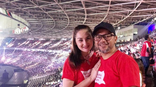 Mona Ratuliu dan Indra Brasco menyaksikan Penutupan Asian Games 2018 di GBK.