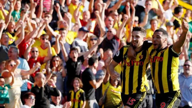 Pemain Watford rayakan gol Craig Cathcart.