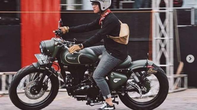 Gibran bearksi dengan motornya.