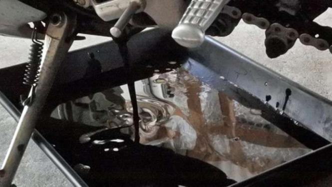 Ilustrasi ganti oli motor.