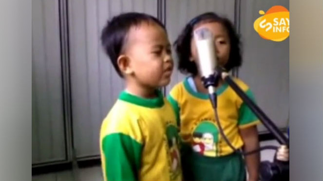 Anak kecil bernyanyi.