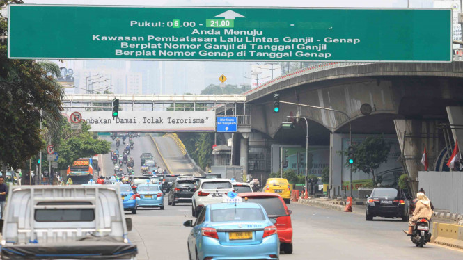 Pembatasan kendaraan bermotor ganjil genap di Jakarta.