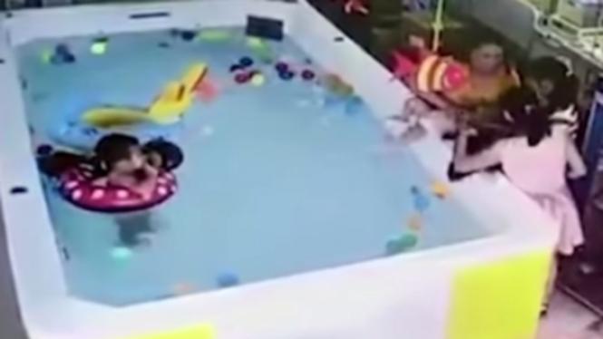 Anak tenggelam di kolam renang saat ibu main HP