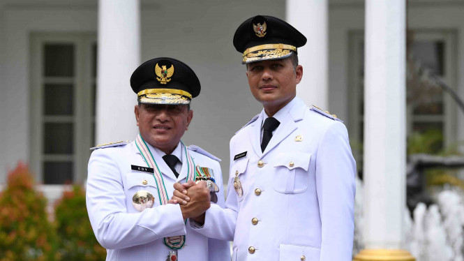 Gubernur Sumatera Barat Edy Rahmayadi (kiri) bersama Wakil Gubernur Musa Rajekshah (kanan) melakukan salam komando usai pelantikan di Istana Negara, Jakarta