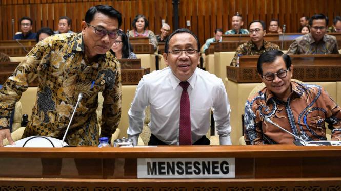 Menteri Sekretaris Negara Pratikno (tengah) bersama Sekretaris Kabinet Pramono Anung (kanan) dan Kepala Staf Kepresidenan Jenderal (Purn) Moeldoko (kiri)