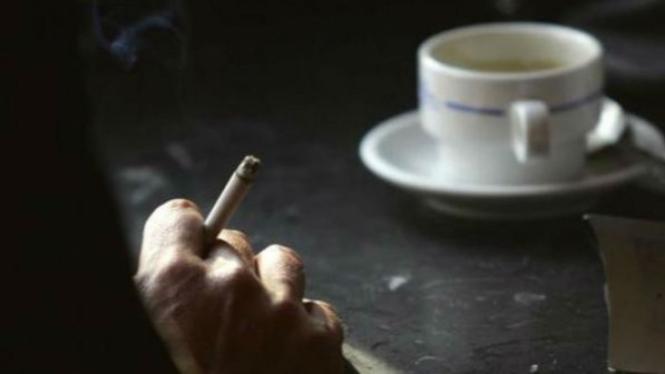 Ilustrasi merokok sambil minum kopi.