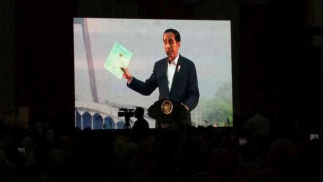 Presiden Jokowi bagi-bagi sertifikat