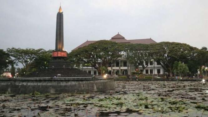 Tugu Kota Malang dengan latar kantor DPRD.