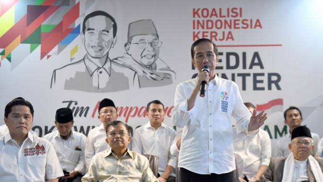 Jokowi dan KH Maruf Amin bersama tim kampanye pemenangan.