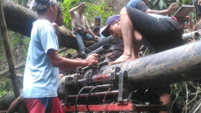 Warga bangun saluran air bersih di Lombok Utara