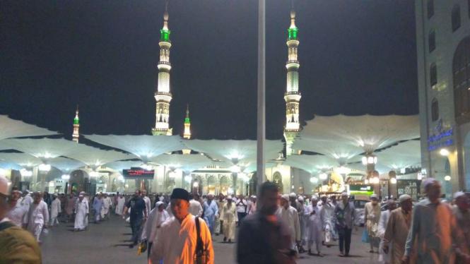 Jemaah haji di Masjid Nabawi malam hari
