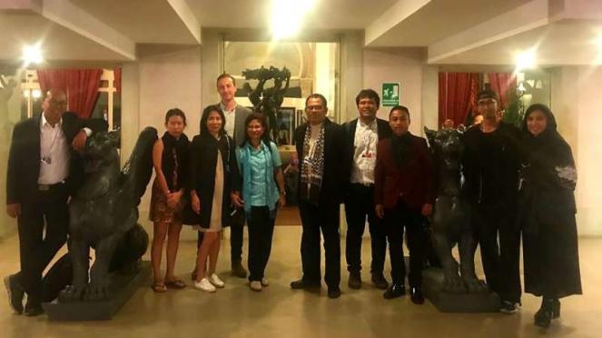 Dubes Esti Andayani bertemu tim film Kucumbu Tubuh Indahku di sela-sela Festival