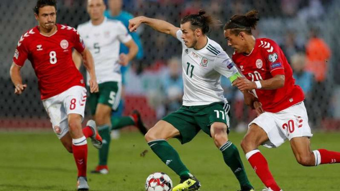 Gareth Bale dikawal oleh dua pemain Denmark